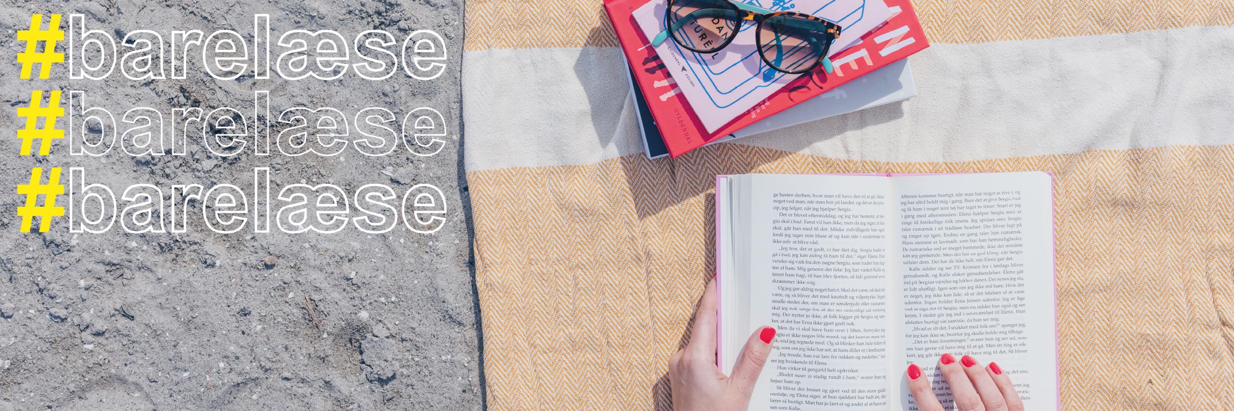 Strandtæppe og bog med #barelæse