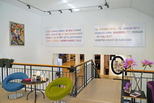 Bibliotekets Jorn-malerier er udlånt i en periode