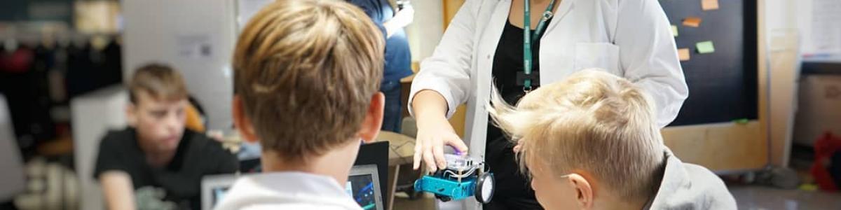Pia underviser to børn