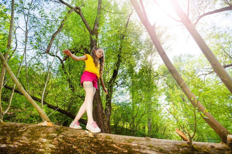 pige i en skov