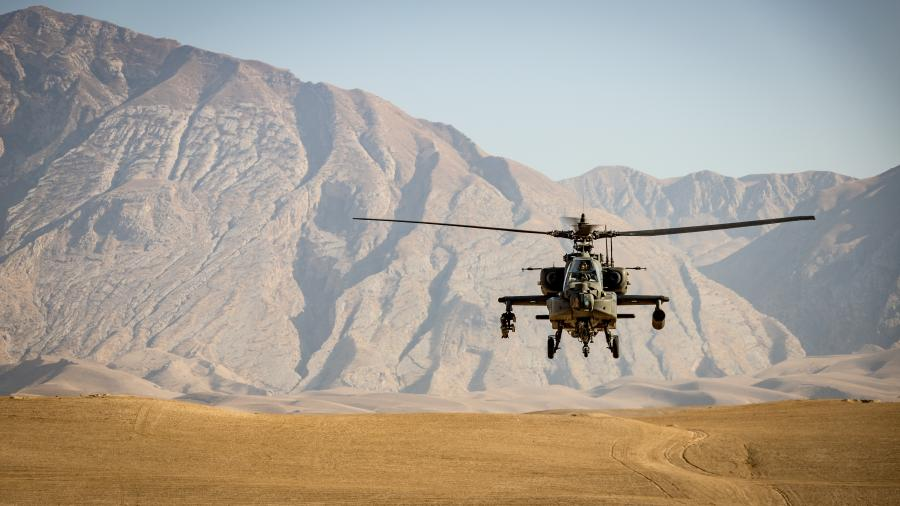 Militærhelikopter i bjerglandskab