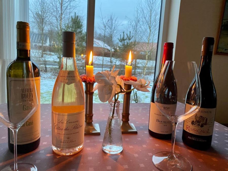 vine og glas i vintervejr