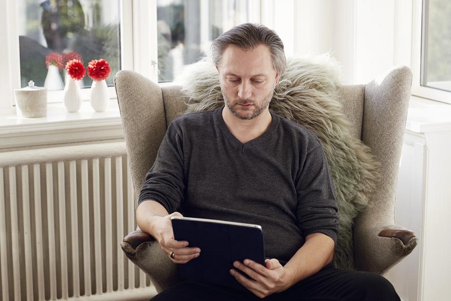 Mand læser e-bog