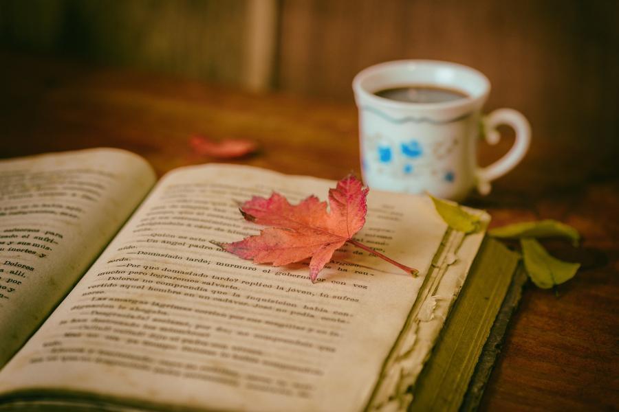 Bog og blade og kaffe