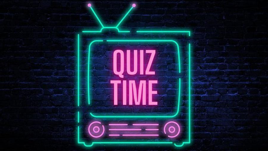 Ordet quiz time med pink neonskrift på et tegnet fjernsyn i turkis på en baggrund af en mørkeblå murstensvæg