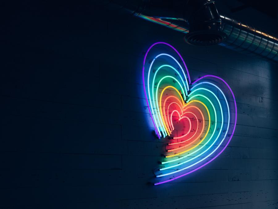hjerte af lysstofrør i regnbuens farver