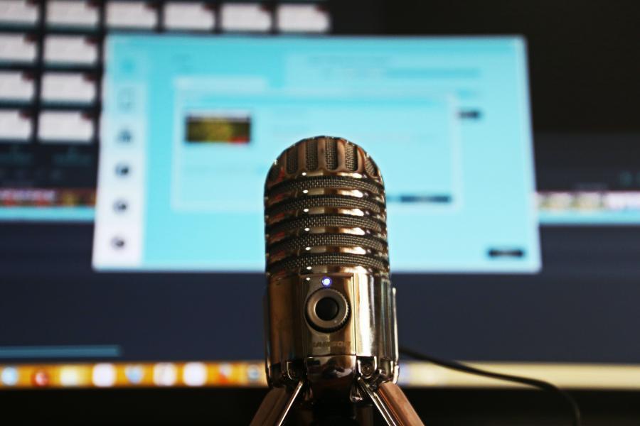 mikrofon og computerskærm