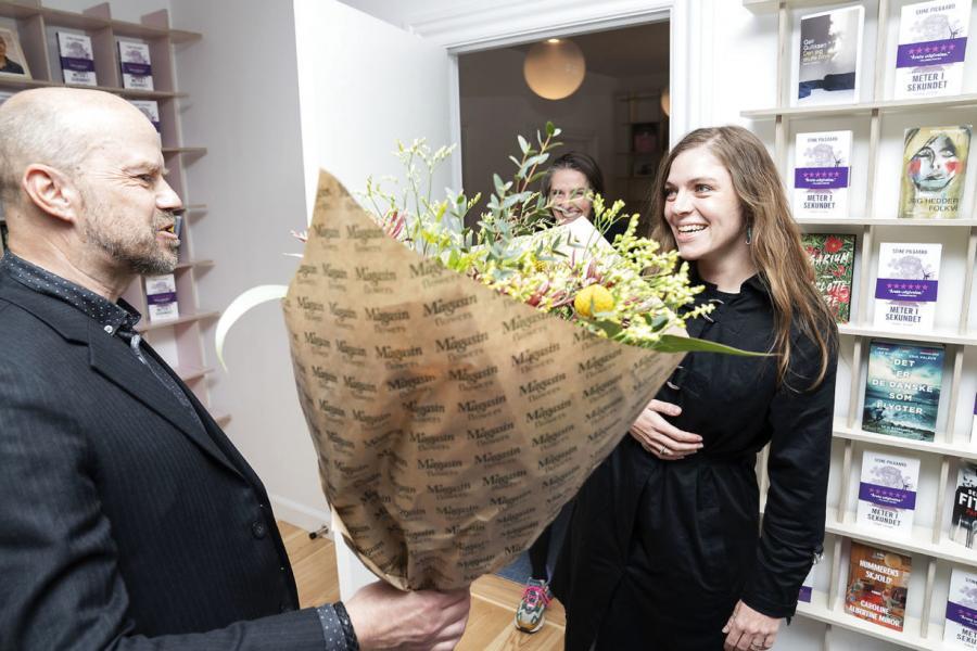 Stine Pilgaard får overrakt en buket blomster